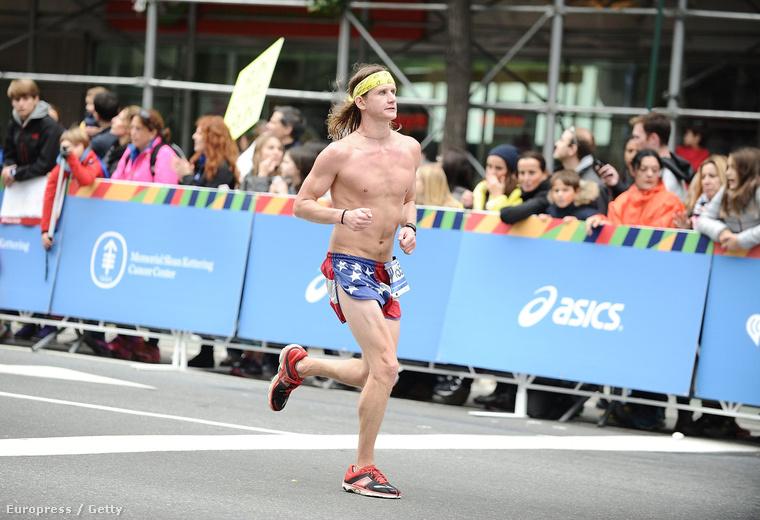 Őt meg azt se tudjuk, hogy hívják, csak azt tudjuk róla, hogy november elsején levette a felsőjét, miközben New Yorkban maratont futott