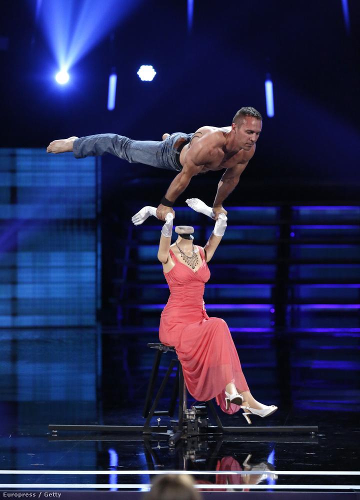 Egy akrobatikus versenyző fura mutatványa az America's Got Talent című műsorból