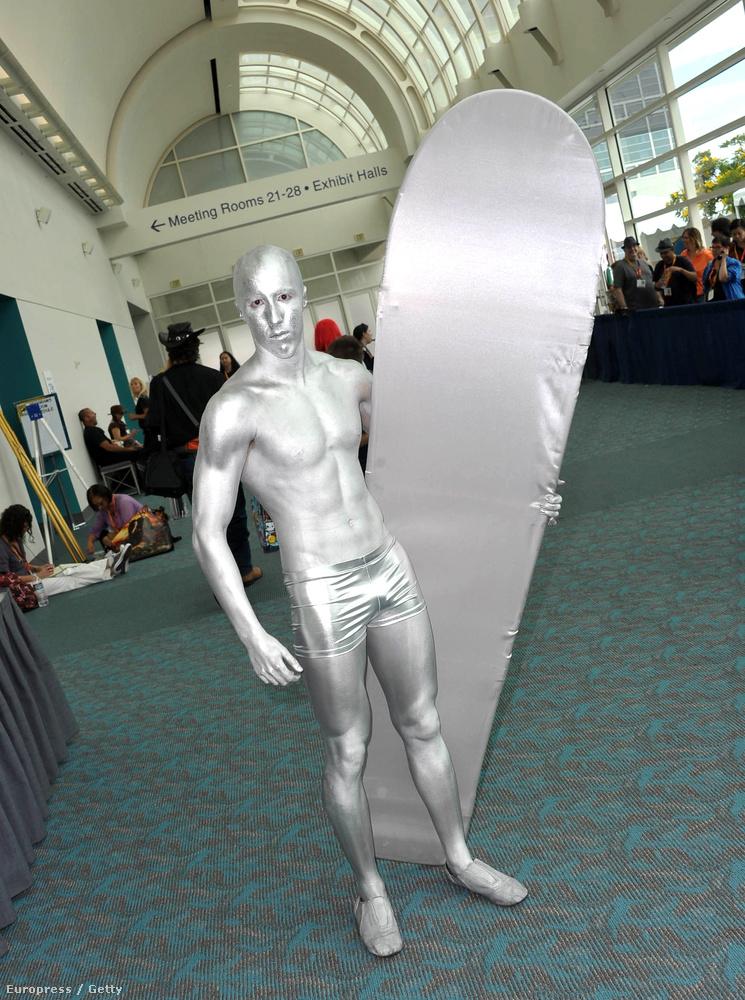 Ez a kép a San Diego-i Comic Conon készült, ő nyilván a The Silver Surfer (Az Ezüst Utazó) nevű figura jelmezét viseli