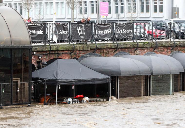 Az Irwell folyó Manchestert és Salfordot választja el egymástól és szintén megáradt az esőzések miatt