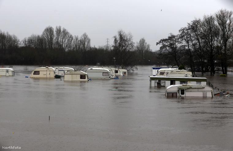 Észak-Yorkshire vidéken a Ridd folyó árasztott el egy lakókocsiparkot.