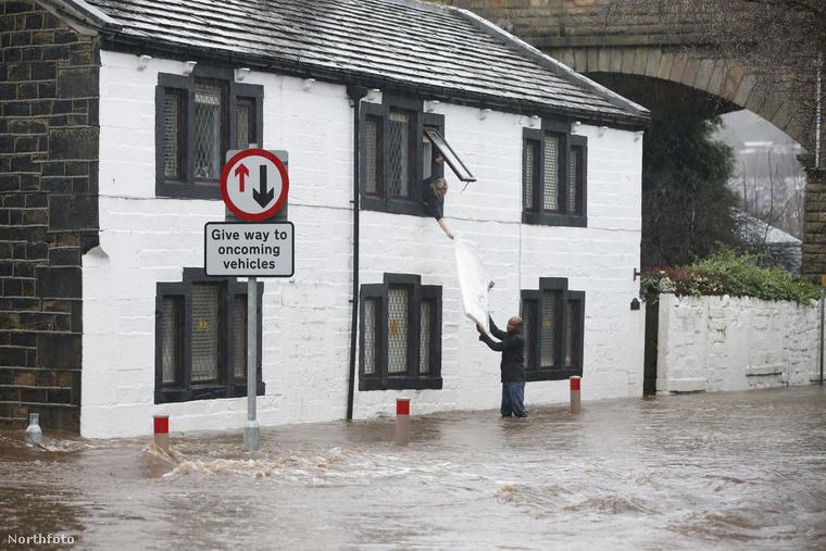 Ez már Anglia, ahol a heves esőzések okoztak gondot.