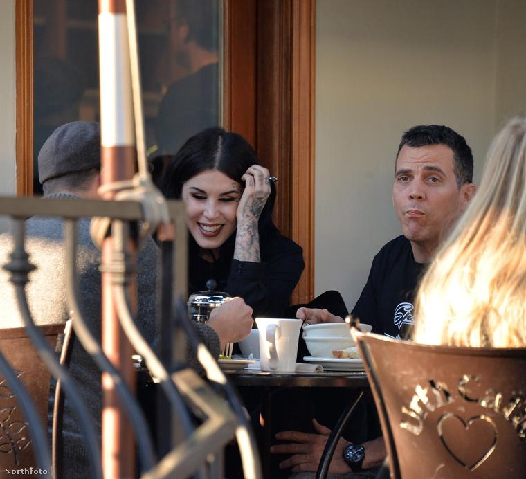 ahogy a barátaikkal eszegetnek az Urth Caféban.