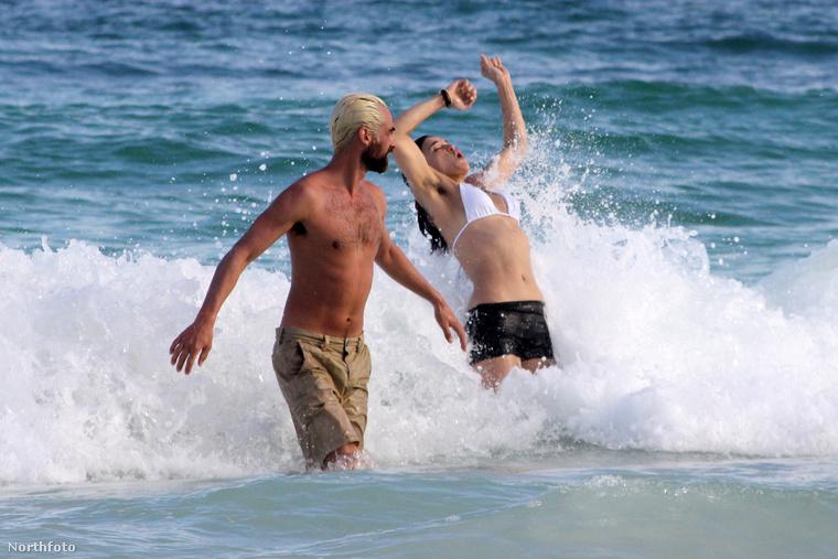 A színésznő éppen Mexikóban, Cancúnban nyaral a barátaival, közülük látható az egyik az éppen delfinkedő Michelle Rodriguez mellett.