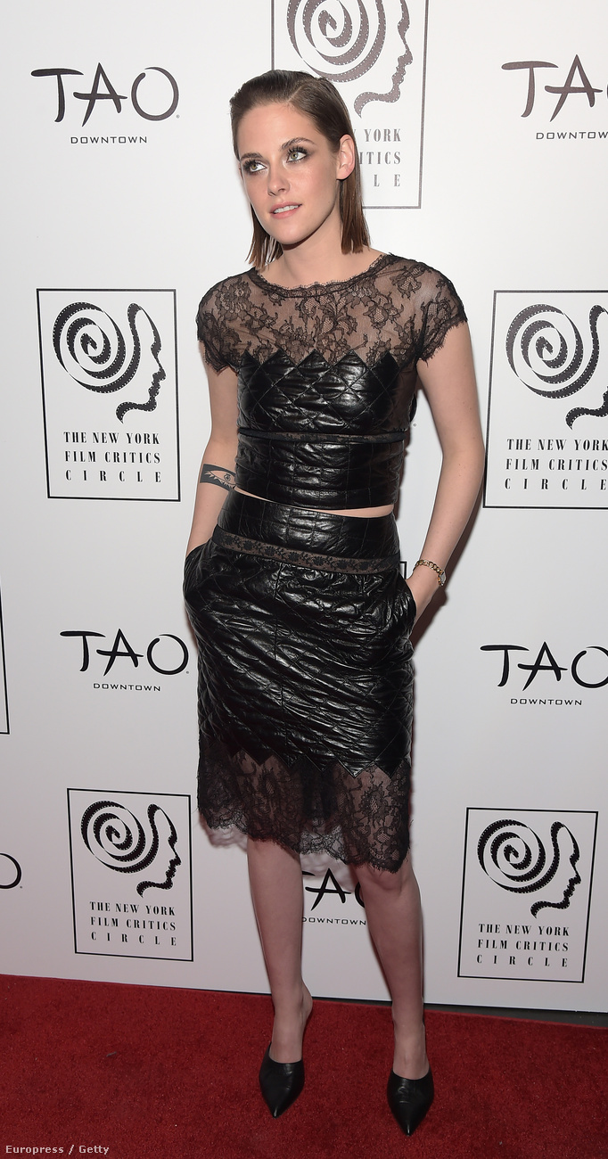 Elkezdődött a filmes díjátadószezon, ennek köszönhetően pedig megcsodálhattuk, hogy Kristen Stewart összeszépkedte egy New York-i filmes díjátadó vörös szőnynegét.