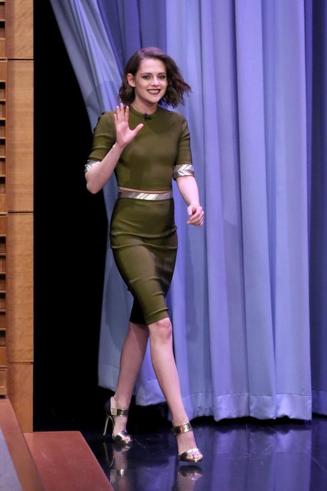 A színésznő Jimmy Fallon Tonight Show című műsorában nyújtott emlékezetes látványt a szűk ruhában.