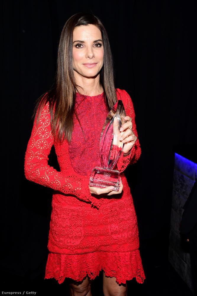 Íme, a színésznő, és a díja