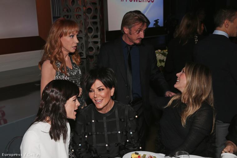 A kép baloldalán látható Kathy Griffin közölte vele a hírt a napokban, szemtől szembe