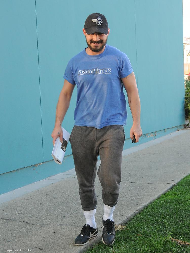 A 29 éves színész Los Angelesben mutatta meg, milyen nagyszerűen lehet még hordani egy egyszerű fehér zoknit