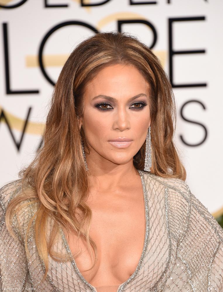 Ha még emlékeznek, így festett Jennifer Lopez egy évvel ezelőtt, a 2015-ös Golden Globe díjátadón.