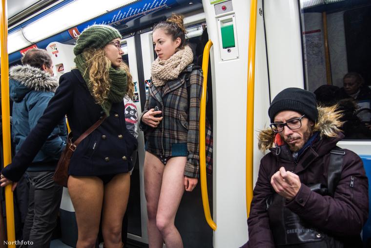 Ez a fiú biztos azt hiszi, hogy a mellette álló két lány a reggeli nagy kapkodásban véletlenül nem húzott nadrágot, így inkább a körmét nézegeti.Egy igazi úr                         Pedig kiszúrhatta volna a divatkatasztrófát