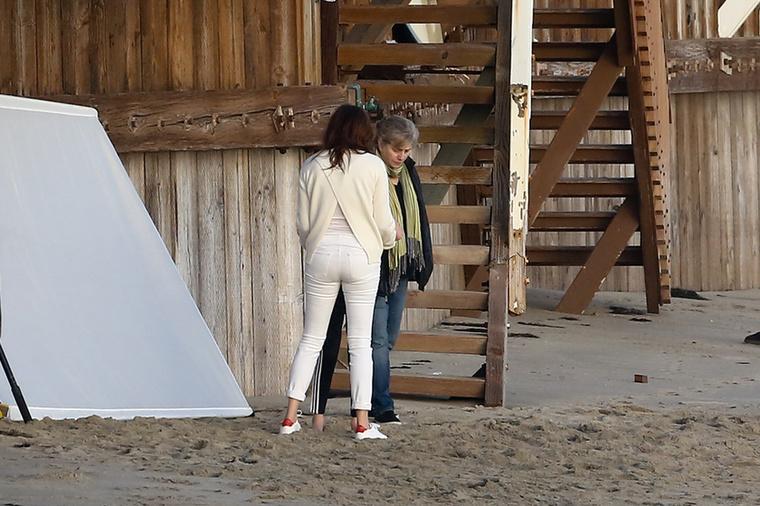 Most nyugodjon meg egy kicsit, amíg megmutatjuk, hogy Roberts még fehér nadrágban is mennyire tökéletes