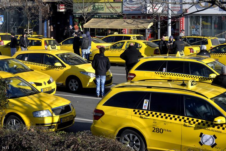 Egyes taxitársaságok nem akartak ilyen módon demonstrálni, ezért nem engedték ki taxisaikat a helyszínre