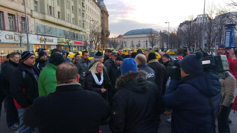 Egy idő után már kezdtek szétesni, és egymás ellen is fordultak a taxisok, nem értettek egyet abban, hogy hogy kezeljék a lezárást