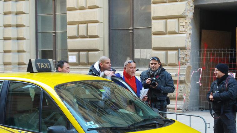 11-kor a Városház téren gyülekeztek, Tarlós Istvánnal akartak beszélni, de csak egy biztonsági őrön keresztül üzenhettek neki