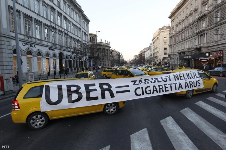 Az Uber nevű applikáció ellen tiltakoztak, amely autósokat köt össze utazni vágyókkal, vagyis értelmezhetjük a taxiszolgáltatás új formájaként