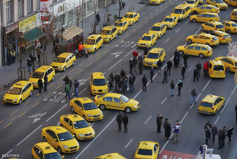 Január 18-án, hétfőn több mint száz autóval állták el a taxisok a Deák tér, Bajcsy-Zsilinszky út és Andrássy út kereszteződését és az ahhoz vezető utakat.