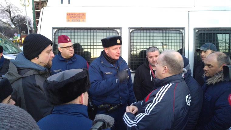 A rendőrök kompromisszumra törekedtek, és megkérték a demonstrálókat, hogy legalább a buszoknak és a mentőautóknak nyissanak meg egy-egy sávot