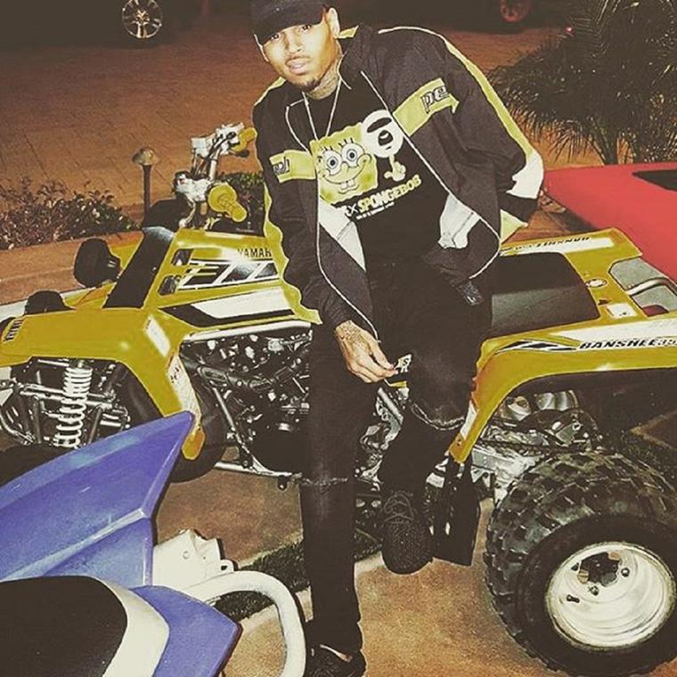 Chris Brown és egy minikocsi