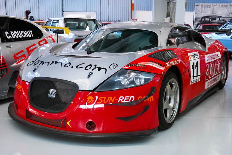 A spanyol GT-bajnokságba szánt Cupra GT versenyautó 500 lóerős, háromliteres Audi V6-os bitrubó motorral készült