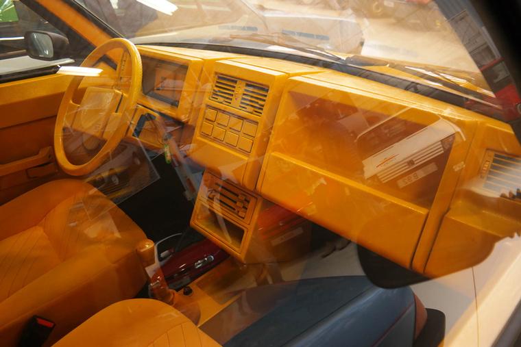 A komplett utasteret átalakították, ezért sárga ez is.