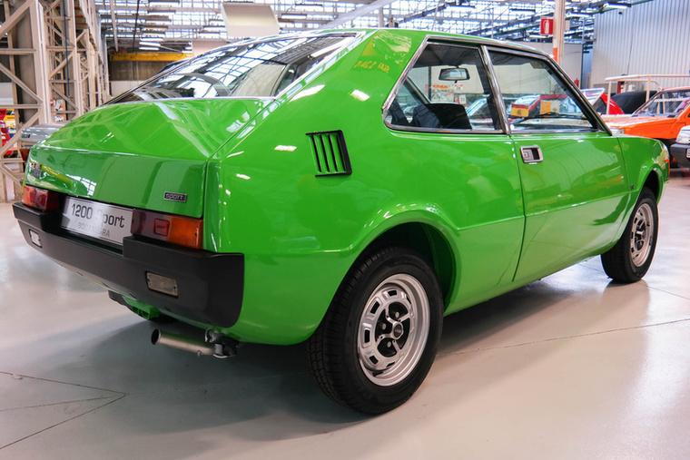 A hátsó kopoltyúk utalnak arra, hogy a farmotoros NSU Prinz lett volna a műszaki alap