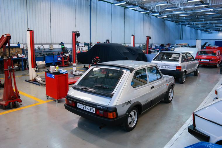 Ez itt a műhely, egészen újnak tűnő, de régi kocsikkal