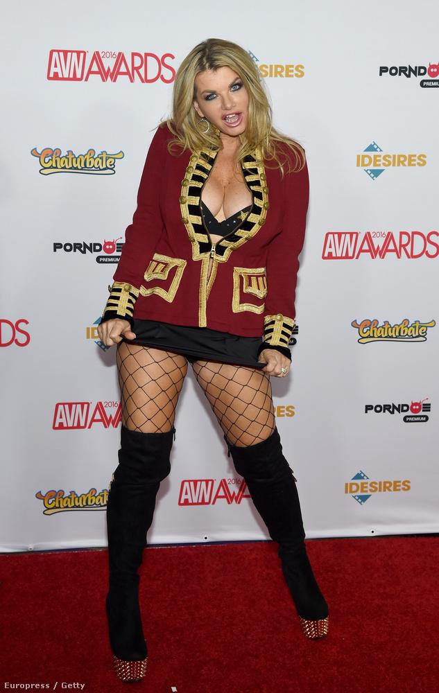 Ő itt ebben a cipőben és harisnyában nem Fergie, az énekesnő, hanem Vicky Vette pornós.