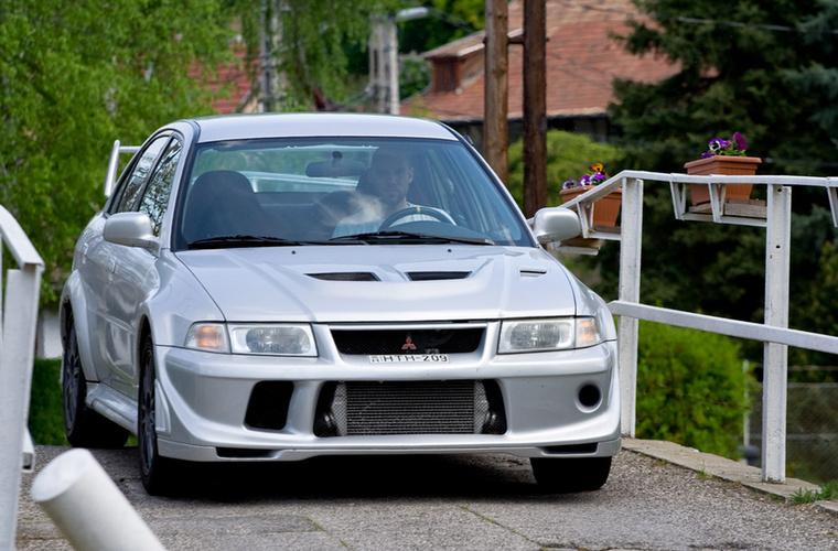 Tommi Makinen, és WRC, mi jut eszükbe erről? Persze, hogy a Mitsubishi Lancer Evo  VI, amely talán a széria legikonikusabb darabja