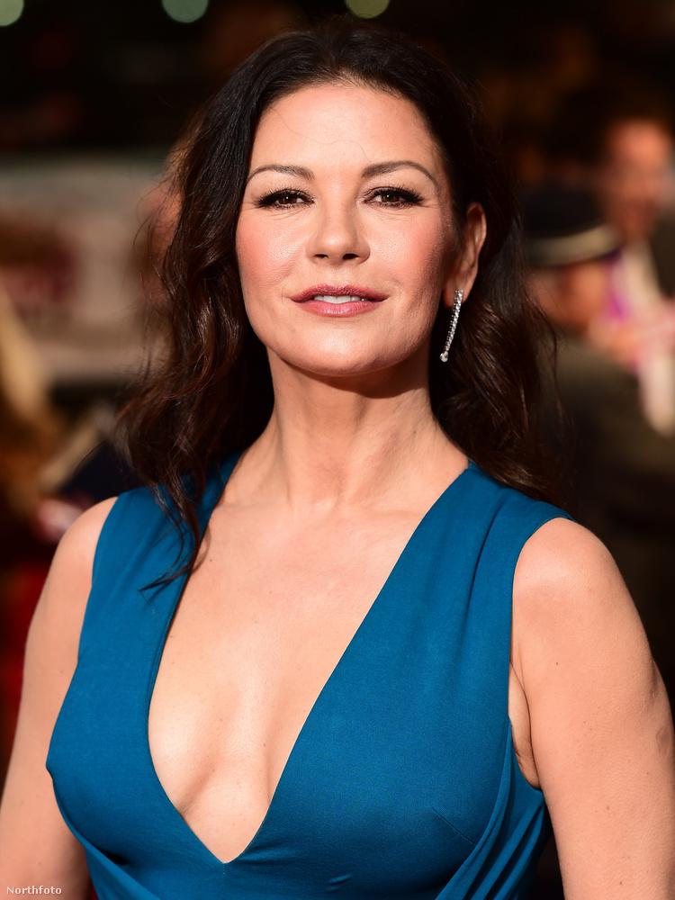 A színésznő pompásan festett, és kizárólag a tájékoztatásuk végett közöljük, hogy 46 éves.