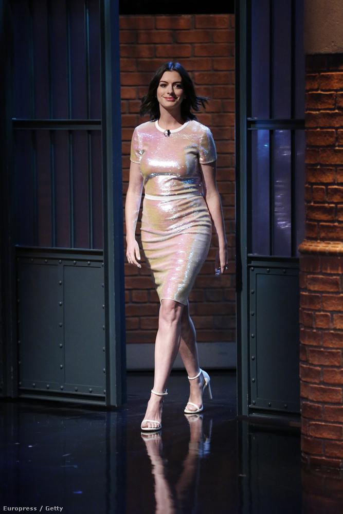 Szeptember végén feszes aranyruhában ment Seth Meyers beszélgetős műsorába.