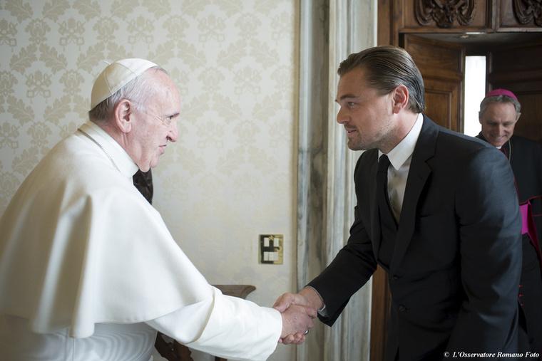 Nagy emberek, ha összefutnak.Leonardo DiCaprio és a pápa.