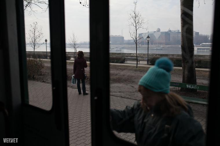 A H7-es HÉV Budapest egy egész jó kilátással rendelkező helyéről, a Boráros térről indul