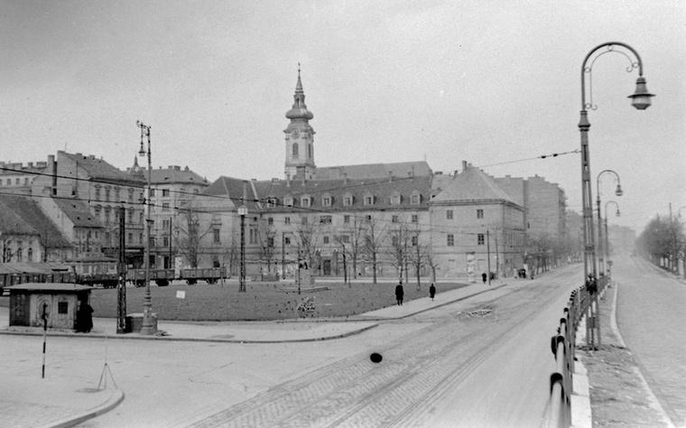 Batthyány tér szintén ebben az évben a 19-es villamos fonódó előtti végállomásától fényképezve