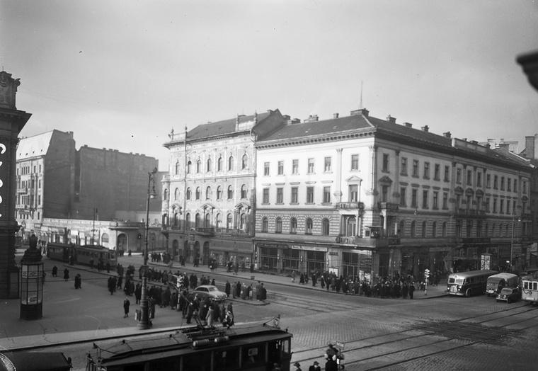 A Blaha Lujza tér: szemben az EMKE-ház (ma irodaházként funkciónál), balra pedig a mára elbontott Nemzeti Színház oldala lóg be a képbe.