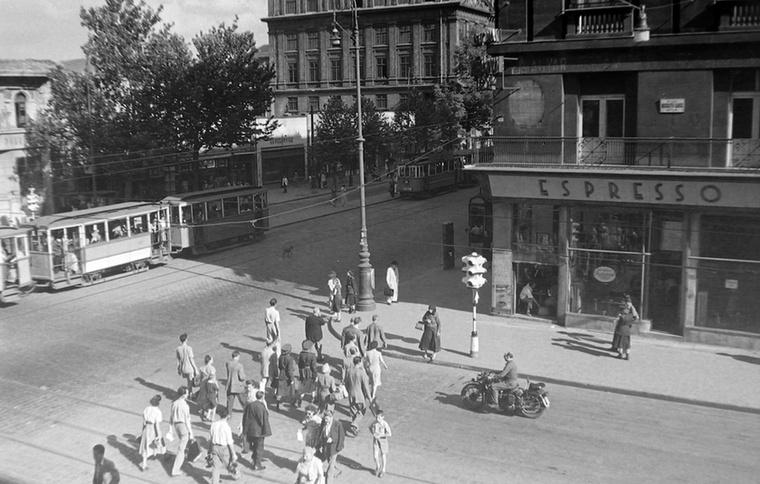 Ez már az Astoria 1951-ben: középen hátul az ELTE épülete, jobbra pedig a sokat megélt Astoria Szálló.