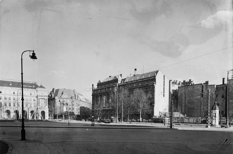 """Kossuth tér 1951-ben: szemben a Vértanúk tere, jobbra pedig még hiányzik a metró """"épülete""""."""