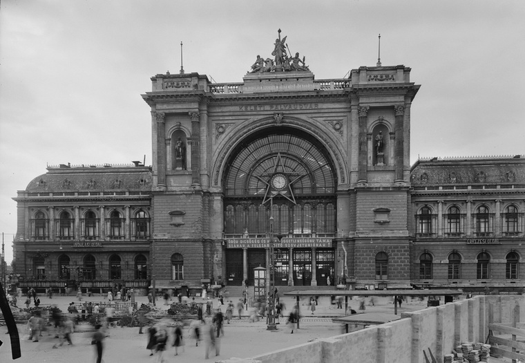 A Keleti Pályaudvarról nem volt nehéz képet találni: 1952-ben az építkezések miatt úgy néz ki, mint amikor a 4-es metró építése miatt elkordonozták a teret.