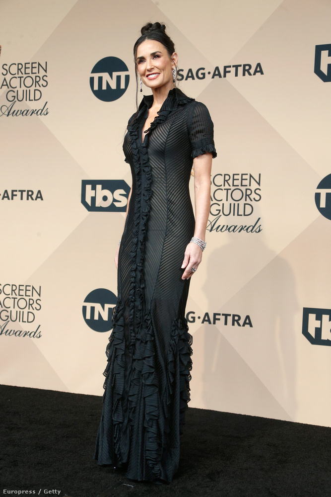 Először nem is tűnt fel, hogy a színésznő ruháján totálisan át lehet látni