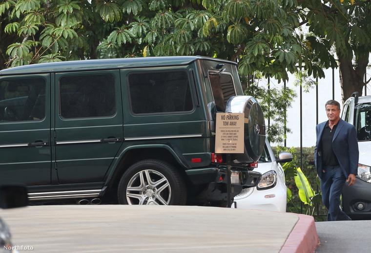 Stallone megközelíti a járművet.