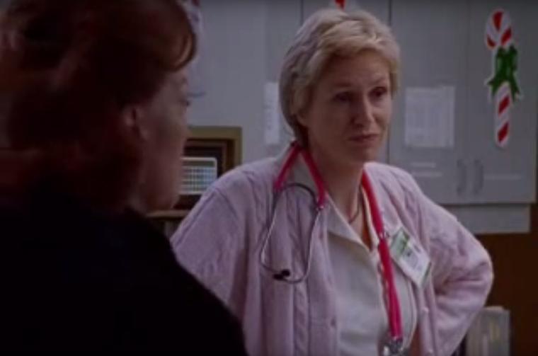 Igen, ő is! Abban a részben volt nővér a kórházban, mikor Lorelai apjának szívrohama volt