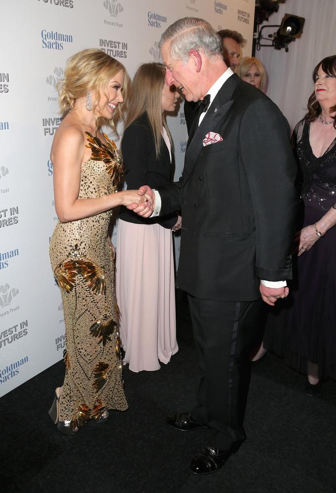 Kylie Minogue és Károly herceg Londonban találkoztak egy jótékonysági gála előtti fogadáson és jól láthatóan mindketten nagyon örültek a másiknak