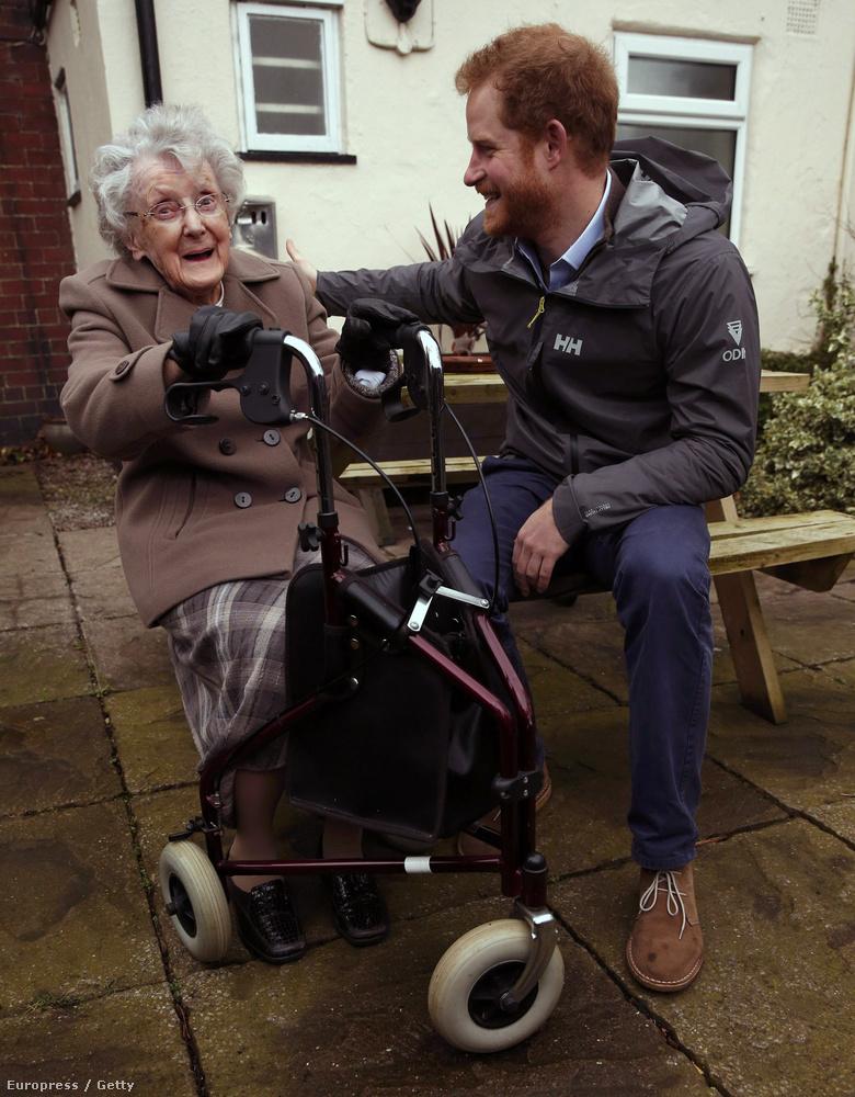 A herceg egy 97 éves nénit is meglátogatott, aki már rengeteg áradást megélt