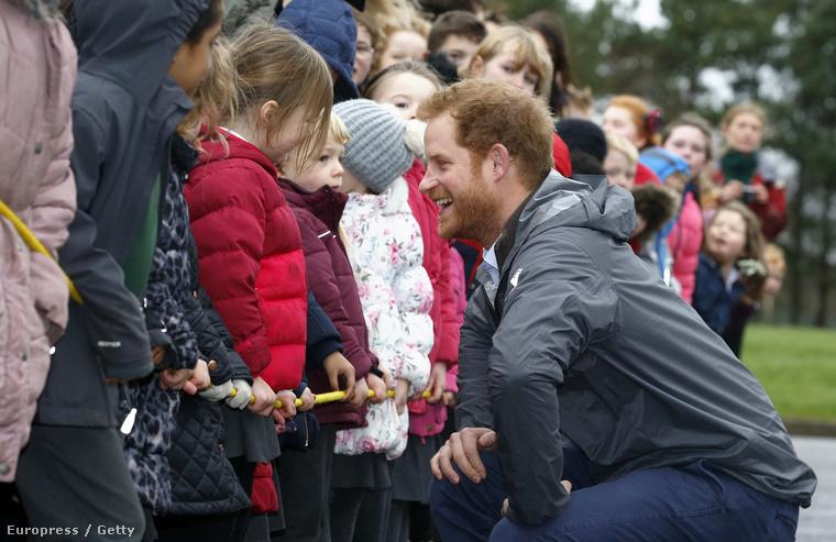 Harry herceg Anglia árvíz sújtotta területeit látogatta meg pénteken Lancashire-ben