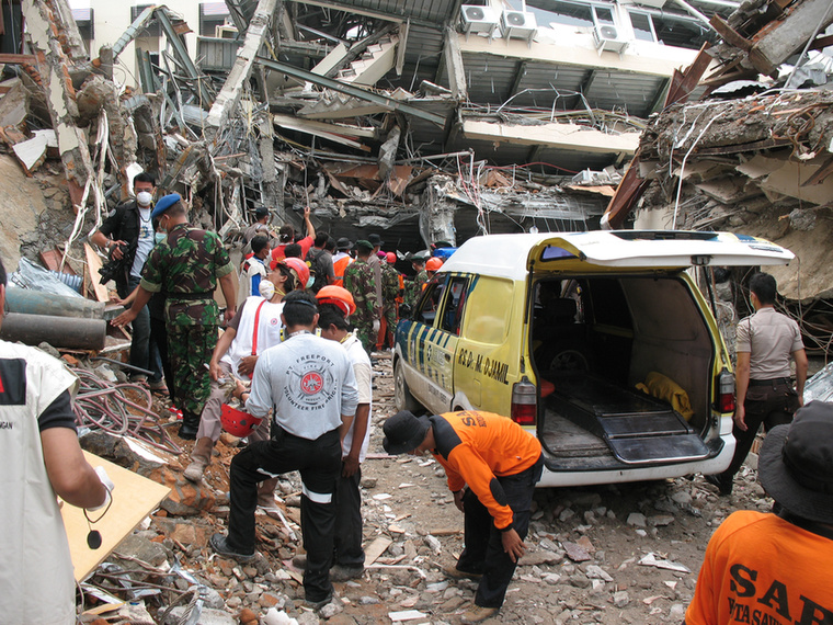 Ez azt is jelenti, ha valahol földrengés, földcsuszamlás vagy terrortámadás történik a világban, már őt és vezetőjét, Balázs Lászlót küldhetik a helyszínre, hogy felkutassák a romok alatt rekedt sérülteket.                         Ez a kép egyébként még 2009-ben készült az                         indonéziai Padangban, ahol a földrengés utáni kutatás-mentésben vettek részt.