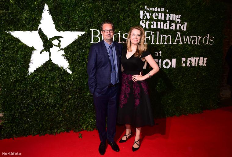 A színész a London Evening Standard brit filmes gáláján vett részt, és itt épp Jennifer Mudge társaságában pózol, de nem ez a lényeg.