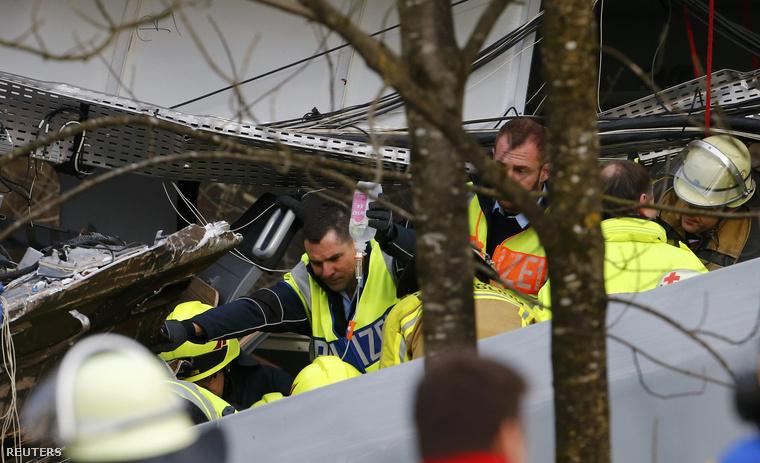 A Mirror úgy tudja, hogy az egyik vonat vezetője is az áldozatok között van, a másikukat mentőcsapatok keresik