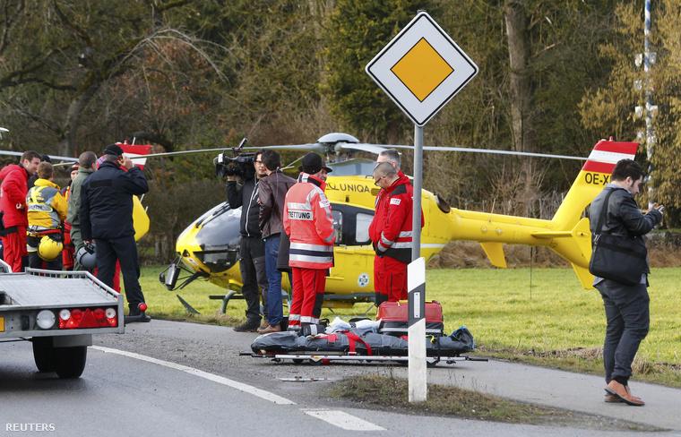 Egyelőre nehezen férnek a mentőcsapatok a roncsok közé