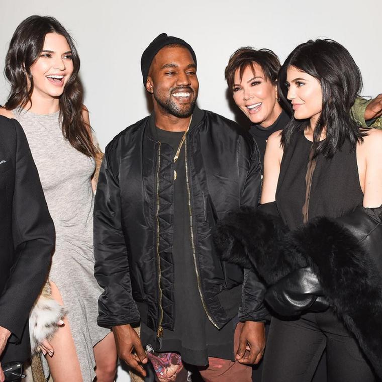 Kanye West olyan kegyes volt, hogy támogatta a felesége húgait