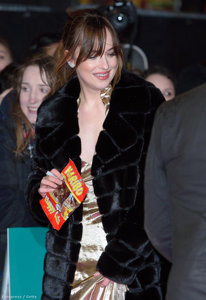 A szürke árnyalataitól megszabadulni igyekvő színésznő a Hogyan legyünk szinglik londoni premierjén jelent meg az arany cuccban, igaz, egy ideig egy fekete szőrme alá rejtette a csillogást.